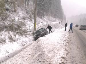 Efectele ninsorii: Circulaţie îngreunată, zeci de localităţi fără energie electrică şi trenuri blocate