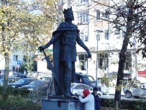 Statuia voievodului Petru I Muşat a revenit în centrul Sucevei