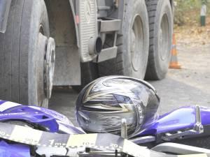 A sărit de pe motocicletă pentru a-şi salva viaţa, după ce un camion i-a ieşit în faţă