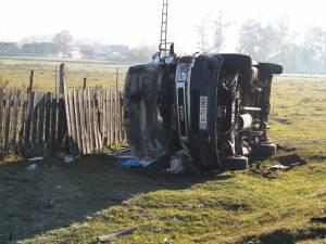 Accident cu patru răniţi după ce şoferul unei ambulanţe a pierdut controlul volanului şi s-a rostogolit cu maşina pe un câmp