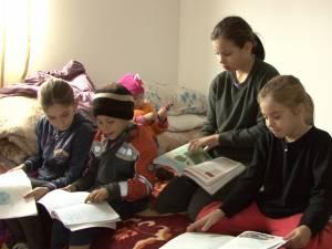 O familie cu cinci copii minori, din Marginea, trăieşte la lumina lumânării