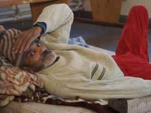 Un bătrân infirm, abandonat de propriii copii în holul primăriei