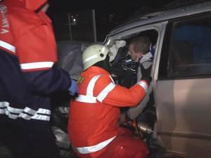 Un cetăţean ucrainean a ajuns în stare gravă la spital, după ce a intrat cu maşina într-un copac