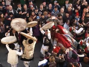 Număr record de spectatori la spectaculoasa paradă a datinilor şi obiceiurilor de iarnă