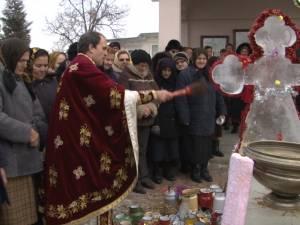Preotul împreună cu pompierii voluntari şi credincioşii, în procesiune de sfinţire la Bosanci