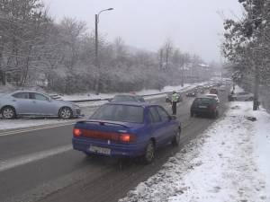 Accident pe Calea Unirii, după ce o maşină a derapat pe mâzgă, în valea de la Grup