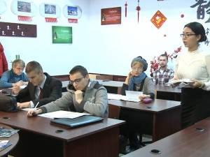 Zeci de suceveni, de la elevi la pensionari, învaţă limba chineză la Universitatea din Suceava
