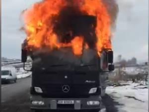 Cabina unui camion s-a aprins în trafic şi a ars ca o torţă, pe DN 2, aproape de Fălticeni