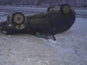 O maşină s-a răsturnat pe DN 17, pe o porţiune acoperită de zăpadă