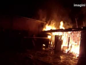 Un puternic incendiu a distrus anexele unei gospodării din satul Costâna