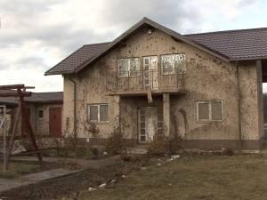 Case împroşcate cu fecale de un bărbat care-şi terorizează vecinii