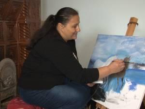 O femeie în vârstă de 47 de ani, din Stroieşti, visează să-şi vadă tablourile realizate de ea într-o expoziţie
