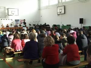 """Proiectul """"10 pentru folclor"""" a debutat ieri la Şcoala Gimnazială Nr. 3 din Suceava, în prezenţa unui public numeros"""