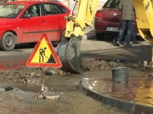 Strada Nicolae Bălcescu, inundată complet după o avarie la reţeaua de apă-canal