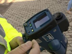 """Primele permise suspendate după ce detectorul radar tip """"Pistol"""" a intrat în acţiune pe şoselele din jude"""