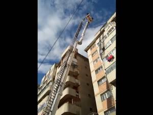 Oameni puşi în pericol de ţigla de pe un bloc turn din Burdujeni