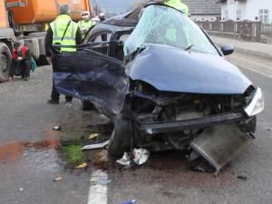 Doi copii şi mama lor, accidentaţi grav după ce au intrat cu maşina într-o basculantă