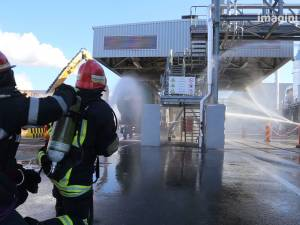 Un dezastru, cu incendiu la instalaţia de adezivi, simulat la fabrica Egger