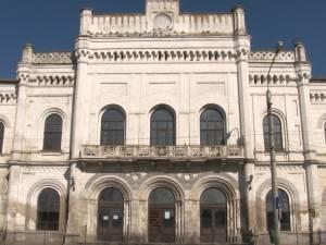 Gara Iţcani, un monument abandonat, închis din cauza tencuielii care cădea în capul călătorilor