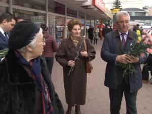 Mii de flori împărţite de primarul Ion Lungu doamnelor şi domnişoarelor, pe străzile Sucevei