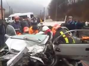 Trei răniţi, după ce un autoturism s-a izbit într-un microbuz cu călători