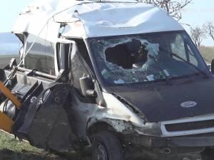 Zece răniţi după ce un microbuz s-a răsturnat în afara drumului