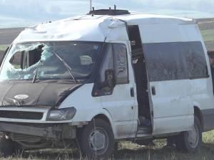 Zece oameni răniţi, după ce microbuzul cu care mergeau la muncă s-a răsturnat