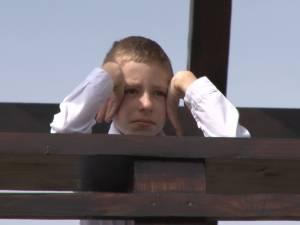 """Orfan de mamă, părăsit de tată, un copil în vârstă de 8 ani şi-a găsit o familie la Centrul """"Sf. Nicolae"""" din Suceava"""