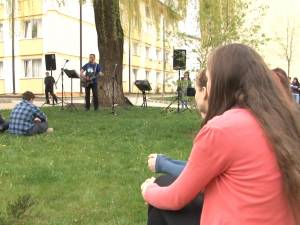 """Concert de folk surpriză în campusul Universităţii """"Ştefan cel Mare"""""""