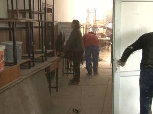 Şcoală pe şantier, printre moloz şi muncitori, la liceul din Dumbrăveni