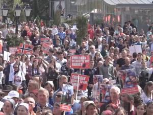Mii de oameni s-au adunat în centrul Sucevei pentru a susţine familia de români din Norvegia lăsată fără copii