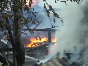 Un incendiu izbucnit de la un redresor auto a produs pagube în patru gospodării din Arbore