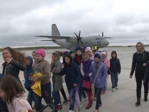 O zi de neuitat pentru sute de elevi din judeţ, printre planoare şi avioane militare