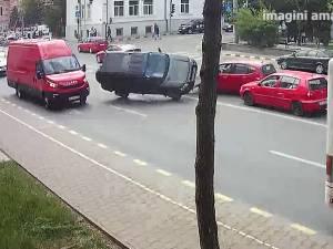 Momentul producerii accidentului din intersecţia de la Biblioteca Bucovinei, surprins de o cameră de filmat