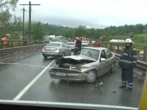 Şoferiţă rănită după ce maşina sa a derapat pe carosabilul ud şi a intrat pe contrasens