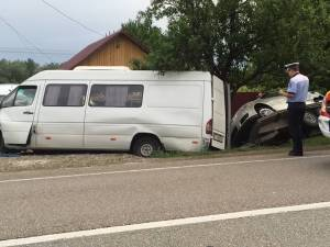 Şase răniţi după ce un microbuz care venea din Germania s-a izbit într-un cap de pod