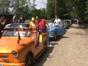 Spectacol retro cu maşini Trabant cochete, viu colorate sau decapotabile