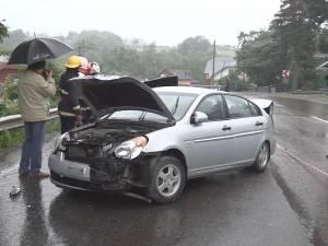 11 răniţi şi cinci maşini avariate, în două accidente produse pe ploaie