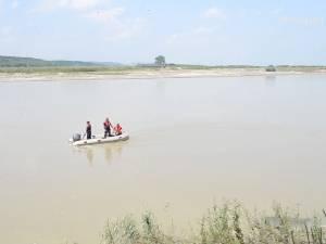 Cei doi tineri înecaţi în râul Suceava nu au fost găsiţi. Au început căutările cu scafandri