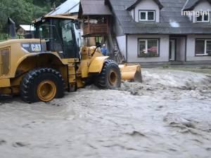 Drumuri rupte şi curţi inundate, în urma ploilor de luni