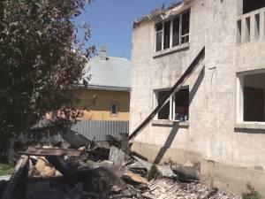 Un incendiu violent, amplificat de vânt, a distrus o casă cu etaj şi toate anexele din jur