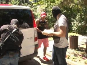 Dealeri de etnobotanice, săltaţi pentru tranzacţii cu kilograme de droguri, din care şi-au cumpărat terenuri şi maşini de lux