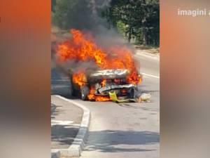 Un taxi a ars într-o intersecţie din Suceava, după un accident
