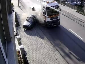 Un şofer de camion mult prea grăbit a făcut praf o Dacie care circula în faţa sa