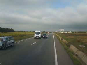 Un autoturism a intrat într-un tir, după o depăşire la intrarea în Suceava