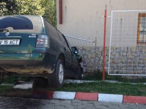 Un şofer care a evitat un tir a rulat necontrolat printr-o benzinărie şi s-a izbit în peretele unei case