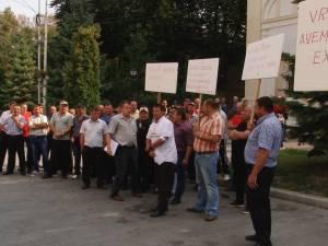 Peste 50 de mineri din exploatarea de uraniu de la Crucea au protestat ieri în fața Prefecturii Suceava