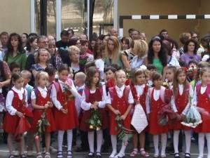 Oficialităţi binevoitoare, discursuri motivaţionale şi elevi lipsiţi de griji, la festivităţile de deschidere a noului an şcolar