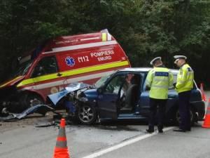 Un şofer care se tachina cu fetele din maşină a depăşit pe linia continuă şi s-a izbit într-o ambulanţă SMURD