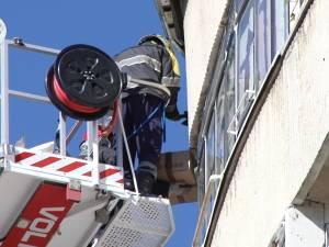 Bucăți din fațada unui bloc turn, date jos cu pompierii pentru că puneau în pericol pietonii